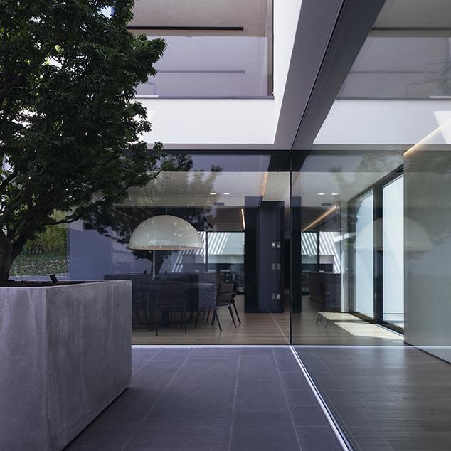 Realizzazione serramenti e infissi tuttovetro porte e for Ville moderne con vetrate